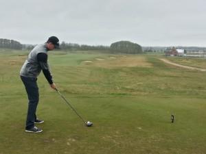 Jens slår ut med PGAs klubbhus i bakgrunden